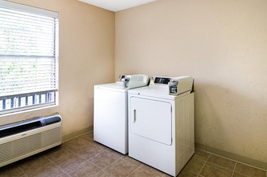 Comfort Suites Las Colinas Center: Laundry