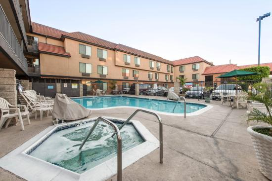 Quality Inn & Suites Bell Gardens: Pool