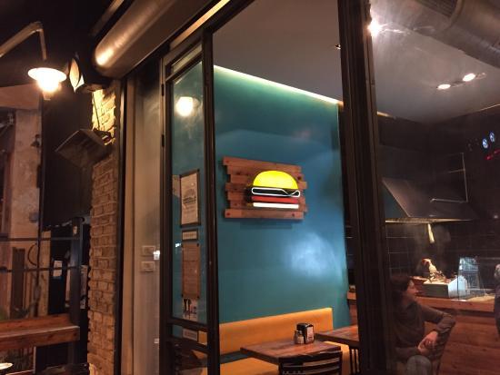 Logo von außen und innen. Damit man ganz sicher in der Burger Bar (39) landet