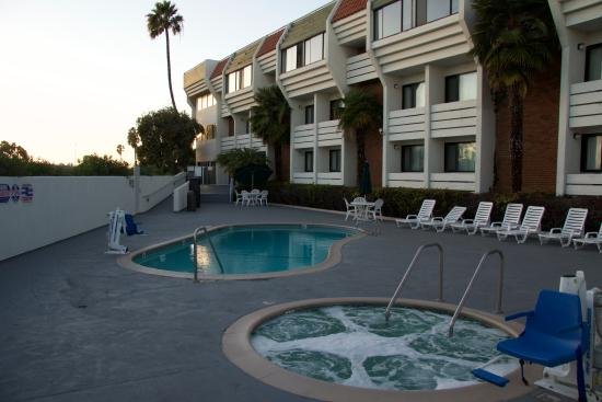 Country Inn & Suites By Carlson, Ventura: Pool at Sundown