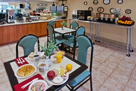 Microtel Inn & Suites by Wyndham Brunswick North: Hot Breakfast Buffet