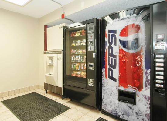 Red Roof Inn Milford: Vending Area
