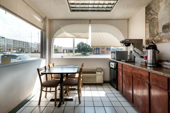 Rodeway Inn: Breakfast Seating