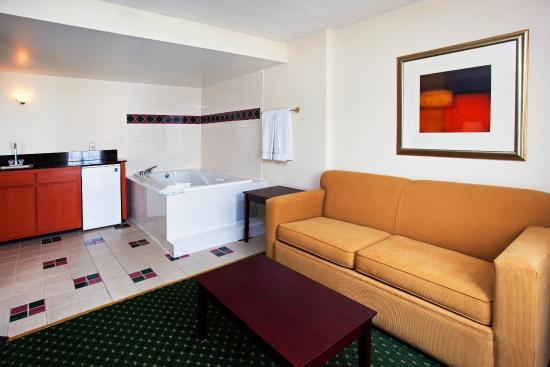 Holiday Inn Express Murfreesboro Central: Jacuzzi Suite