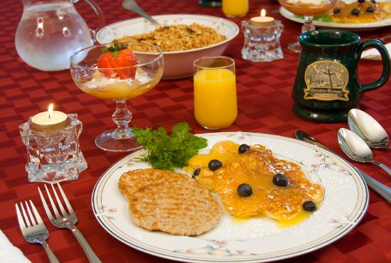 Deutsche Strasse Bed & Breakfast: Breakfast is a dining experience. Enjoy a historic setting, great conversation and delicious foo