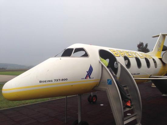 Airporthotel Grenchen : L'aereo in miniatura nel parco giochi di fornte all'Hotel