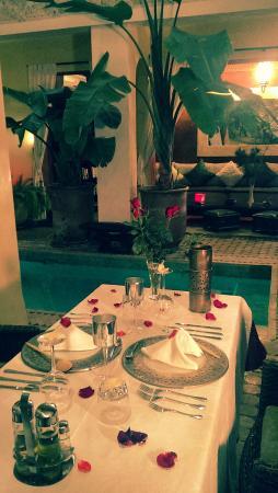 Riad Aguaviva: Preciosa cena en el patio