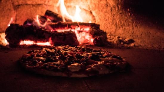Bigfork, MT: Riley's Pub New York Style Woodfired Pizza Cooking