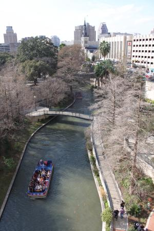 San Antonio Marriott Riverwalk: My grandchildren loved being on the patio and waving at the tour boats.