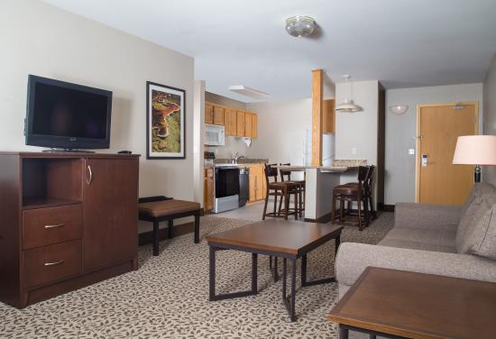 Gray Wolf Inn and Suites: Gray Wolf Family Suite 1 Bedroom Living Area