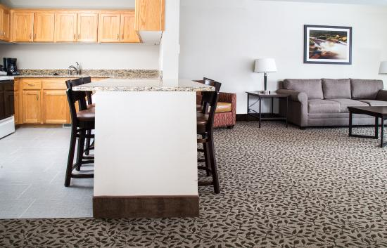 Gray Wolf Inn and Suites: Gray Wolf Family Suite 2 Bedroom Living Area and Kitchen