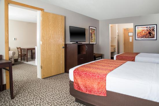 Gray Wolf Inn and Suites: Gray Wolf Junior Suite Bedroom and Living Area