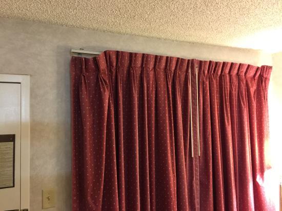 Days Inn Carson City: Old drapes falling off rod