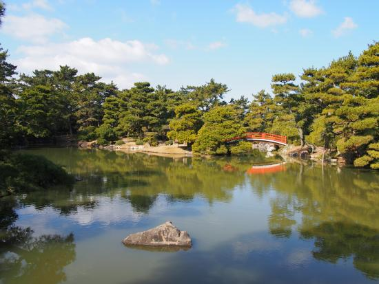 香川県にある大名庭園 330年の歴史。1万5千坪の庭園は池の周り、島々を渡って散策でsきますよ~