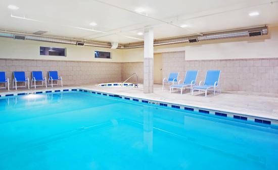 Holiday Inn Express Hotel & Suites Waukegan: Swimming Pool