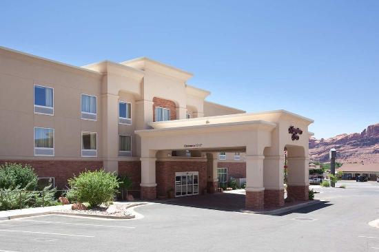 Hampton Inn Moab: Hotel Exterior Daytime