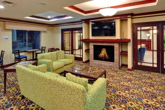 Holiday Inn Express Hotel & Suites Dewitt (Syracuse): Additional seating on the couch and love seat