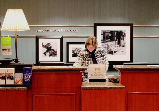 Hampton Inn Ellsworth / Bar Harbor: Reception Desk