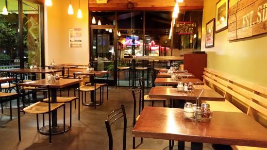 Pizzicato Gourmet Pizza: Nice sitting area