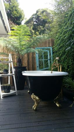 Marlin House Bed & Breakfast: Relax in your very own private outdoor bath in the Marlin Apartment!
