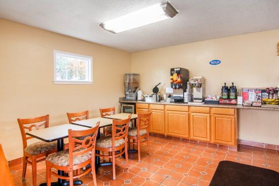 Ashland Rodeway Inn : Breakfast Area