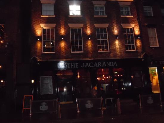 The Jacaranda Club: Toma nocturna a la fachada principal del Jacaranda.