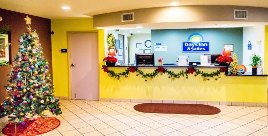 Days Inn & Suites Thibodaux: Front Desk and Lobby