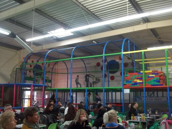Chateauneuf-du-Rhone, France: En dessous ,Espace dédié aux petits enfants