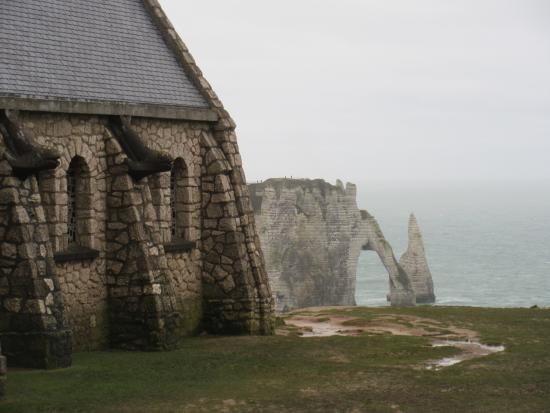 vue de la chapelle  u00e0 etretat   un parking accueil les