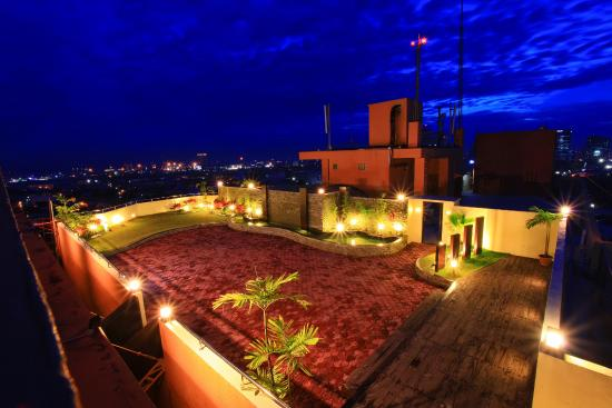 Sarrosa International Hotel and Residential Suites: Such breath taking view of the sky garden of this city hotel. <3
