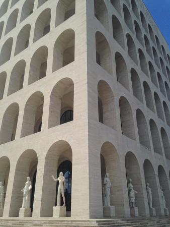Statue intorno al palazzo picture of palazzo della for Palazzo della civilta italiana fendi