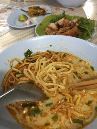 Khao Soi Phor Jai restaurant: ข้าวซอยไก่+หมูย่าง