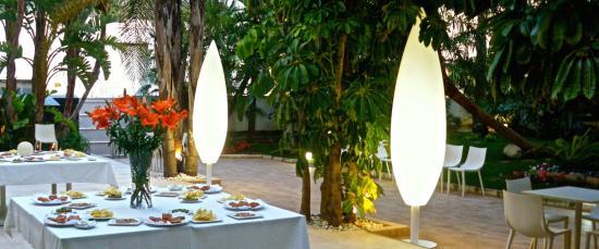 Jardín-comedor exterior - Picture of Restaurante Carabi, Torrellano ...