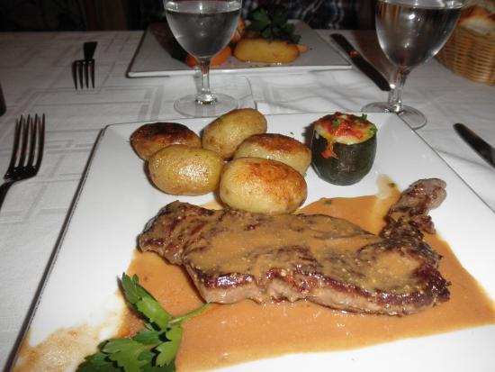 Orry-la-Ville, França: Faux Filet sauce foie gras, pommes grenailles, courgettes farcie