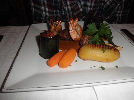 Orry-la-Ville, França: Brochette d'autruche, gambas, pommes grenailles,