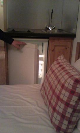 Residence Chalet Alpina: la chambre est tellement minuscule que l'on ne peut pas ouvrir le frigo !!! il est bloqué par le