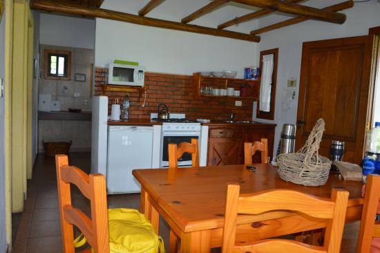 Foto de Cabana Tierras Altas, Villa General Belgrano: Cocina comedor ...
