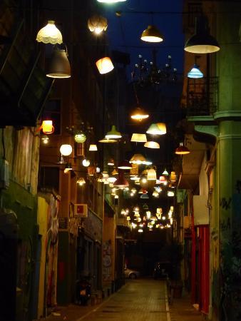 Monastiraki: Η περίφημη οδός Πιττάκη, κάθετος στην Ερμού όπως φωταγωγήθηκε από την ομάδα Συν-οικία