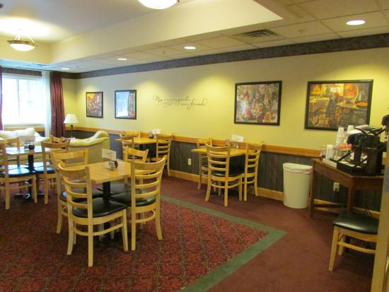 Dollinger's Inn & Suites: Breakfast & Dining area