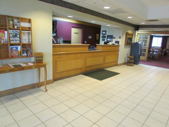 Dollinger's Inn & Suites: Front Desk