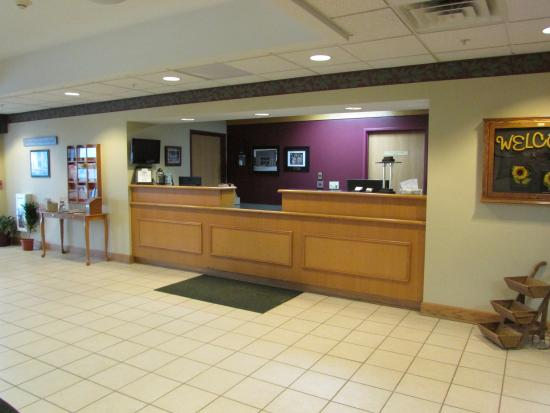 Dollinger's Inn & Suites: Front Desk