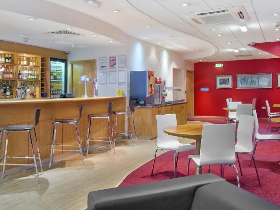 Travelodge Birmingham Central Broadway Plaza Hotel : Bar cafe