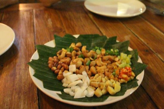 Antique House: The cashewnuts salad was small, and had more nuts than salad