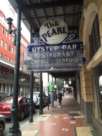 Pearl Restaurant & Oyster Bar: Looks Closed