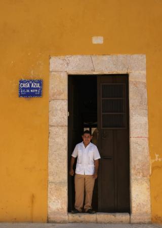Centro Cultural y Artesanal Izamal: Entrada principal con integrante del CCAI
