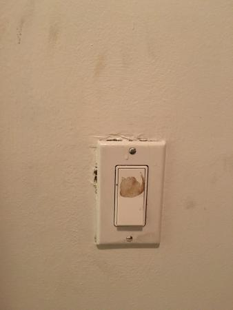 Motel Blu: disgusting duty walls