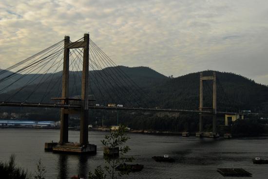 Moana, Spanien: Puente de Rande, al otro lado, en la montaña esta la Cascada Poza da Moura.