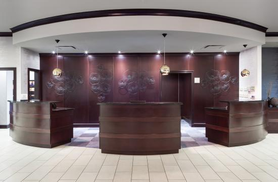 Embassy Suites by Hilton Tampa Brandon: Front Desk