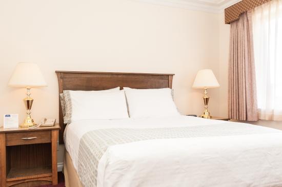 Howard Johnson Hotel and Suites Victoria Elk Lake : Queen bed in Queen Suite