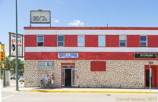 Melfort, كندا: Cyclists from GASP 2015 seeking shade, Melfort, Saskatchewan